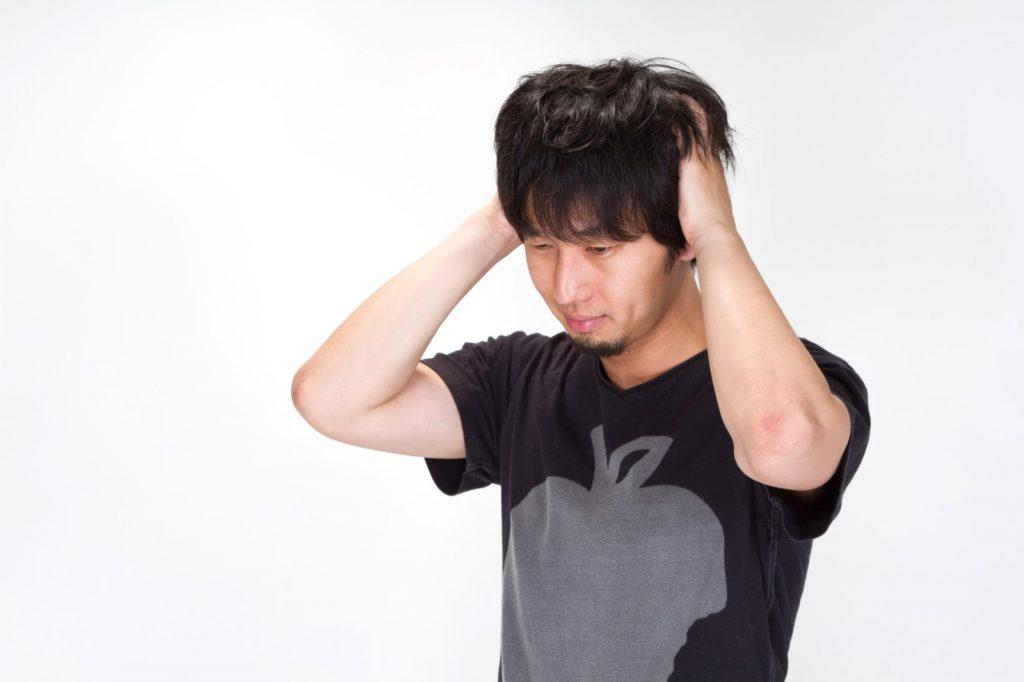 円形脱毛症に悩む男性