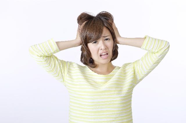 偏頭痛で悩む女性
