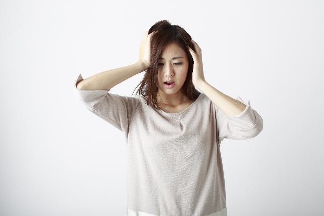 髪のトラブルに悩む女性